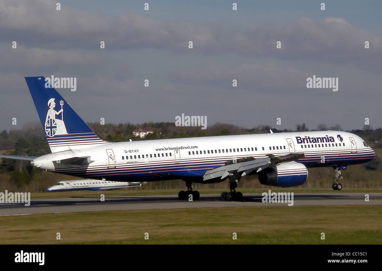 Britannia Airways Boeing 757-200 (G-BYAY) atterra all'Aeroporto Internazionale di Bristol, Inghilterra Immagini Stock