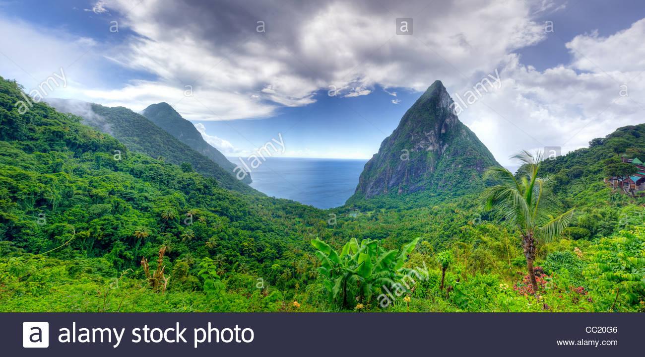 I chiodi sono ripide montagne vulcaniche su Santa Lucia. Immagini Stock