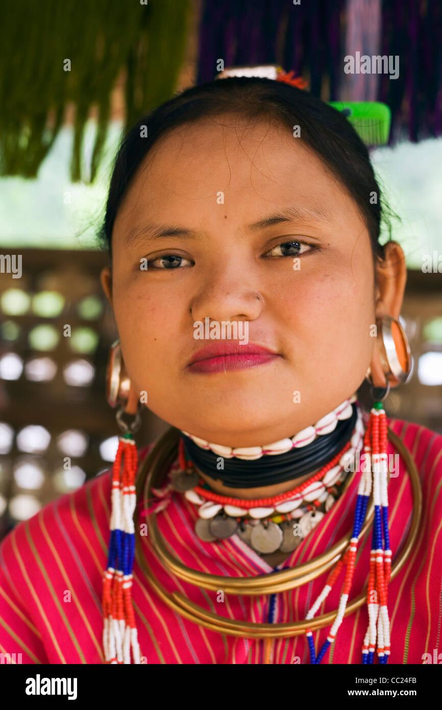 "Ritratto di un grande ""EAR"" Karen donna a Nai Soi (noto anche come Nupa Ah) villaggio. Nai Soi, Mae Hong Son provincia, Thailandia Foto Stock"