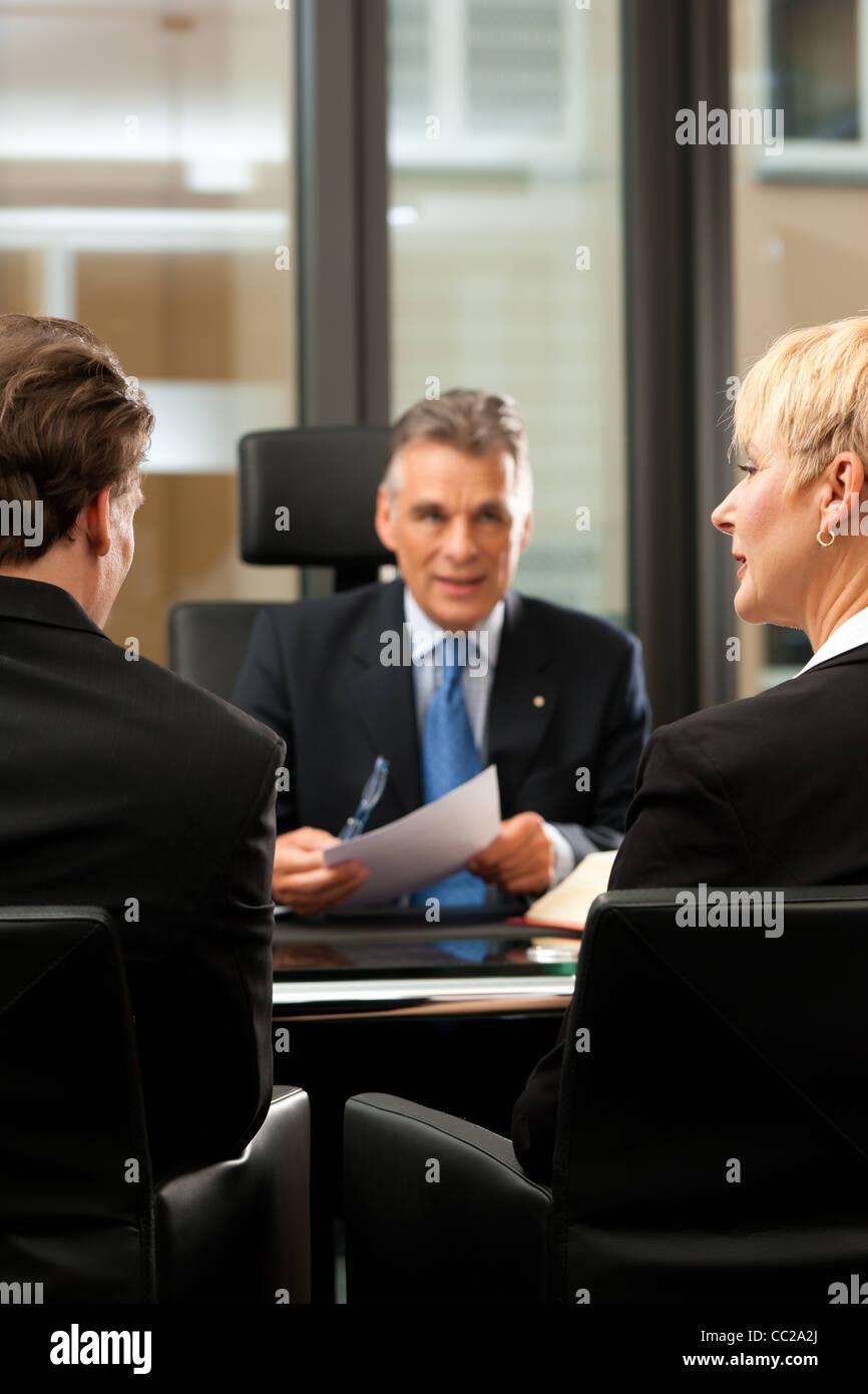 Coppia avvocato o di un notaio con i clienti nel suo ufficio in una riunione Immagini Stock