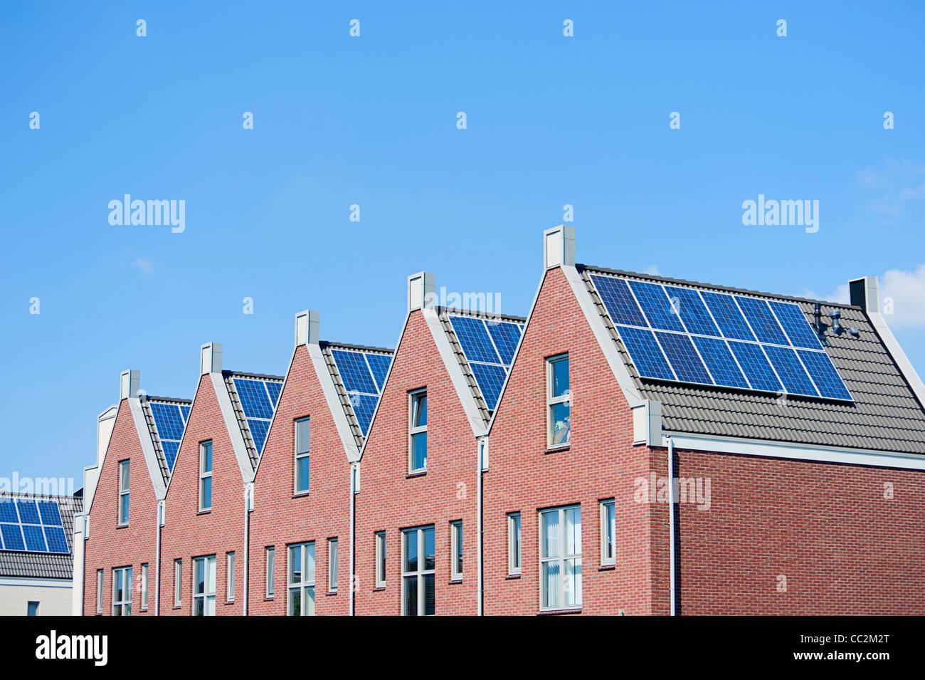 Moderne case olandesi con pannelli solari sul tetto Immagini Stock