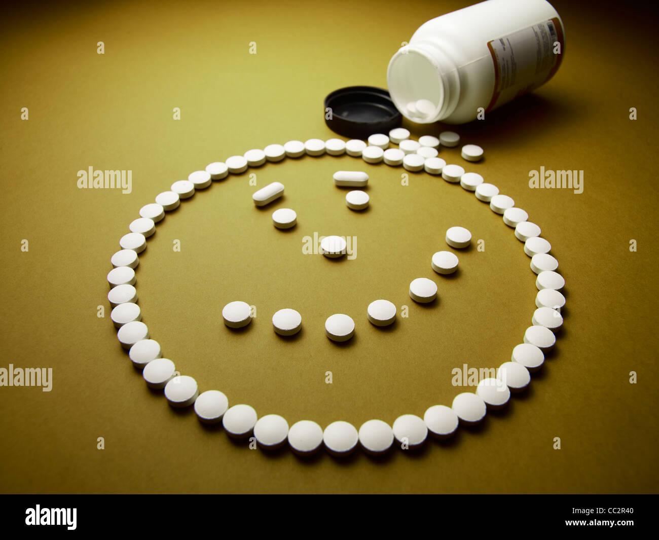 Drogato il volto felice fatta di pillole e farmaci Immagini Stock
