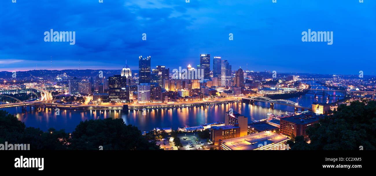 Stati Uniti d'America, Pennsylvania, Pittsburgh, skyline al tramonto Immagini Stock