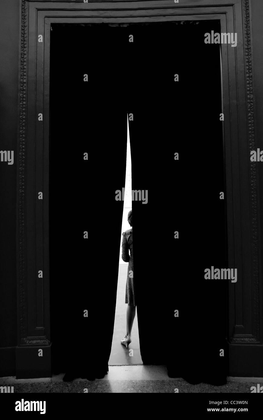 La donna dietro la cortina Immagini Stock