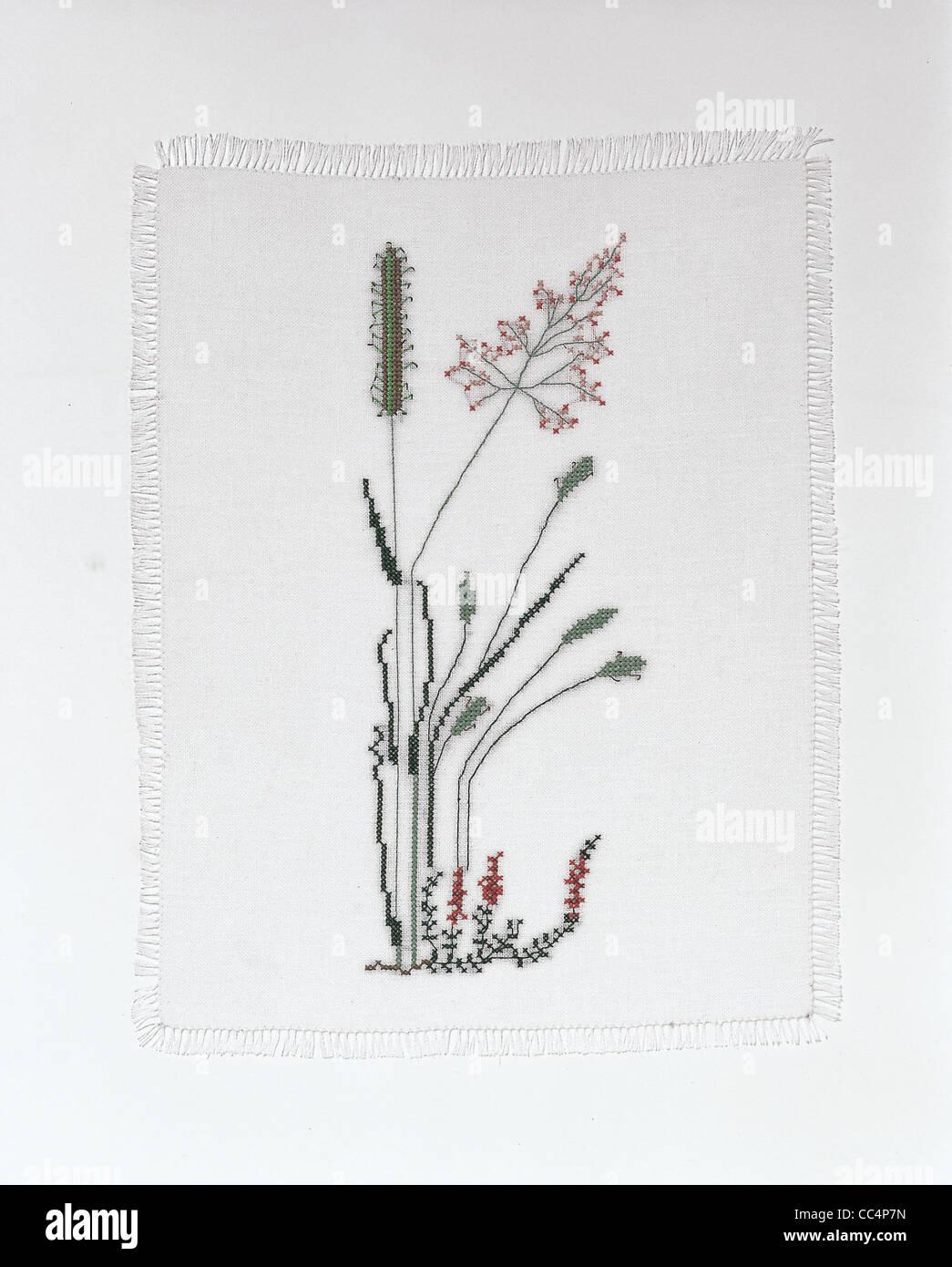 Il lavoro delle donne - Punto Croce: Centrino con disegno floreale Immagini Stock