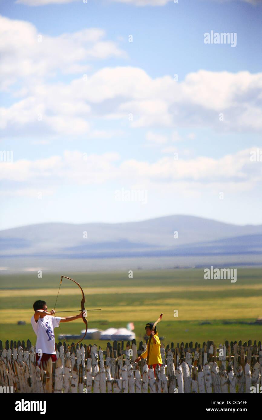 Bambini praticando tiro con l'arco, Jinzhanghan tribe mongolo, Hulun Buir prateria, Hulunbuir, Mongolia Interna, Immagini Stock