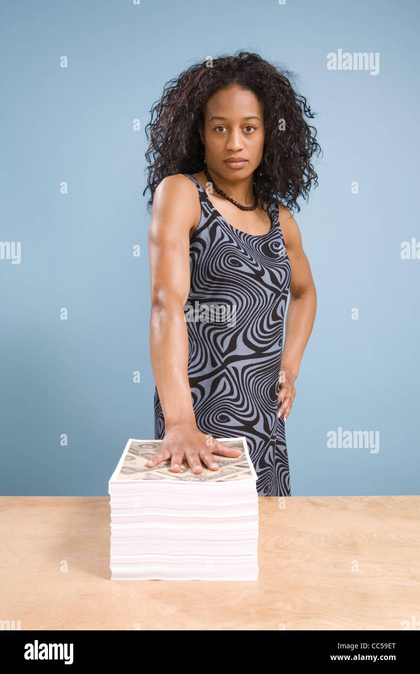 Giovane africano donna americana con difficoltà di fissare Immagini Stock