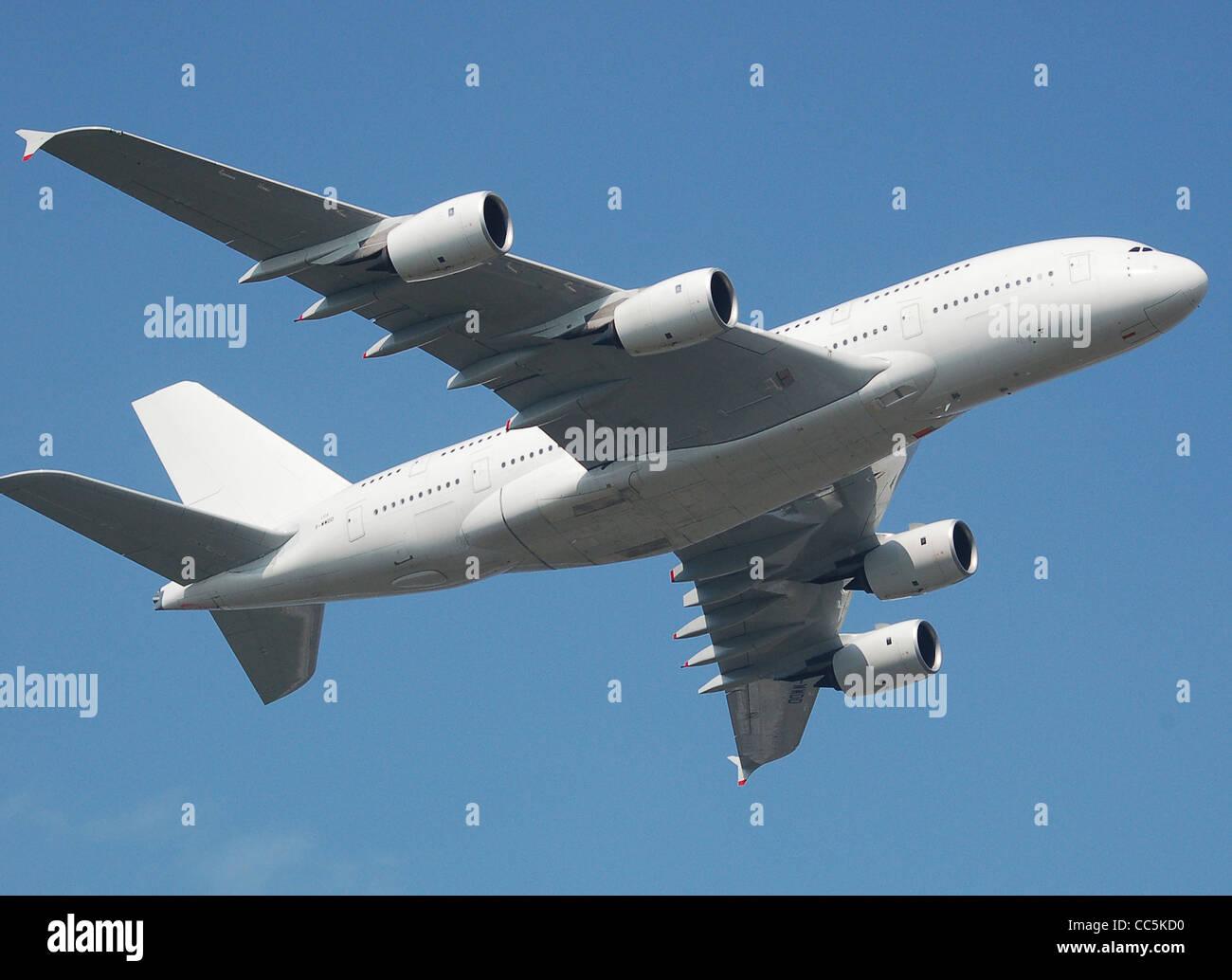 Airbus A380 F-WWDD, il quarto A380 e non ancora verniciato, vola sopra Filton Airfield, Bristol, Inghilterra. Immagini Stock