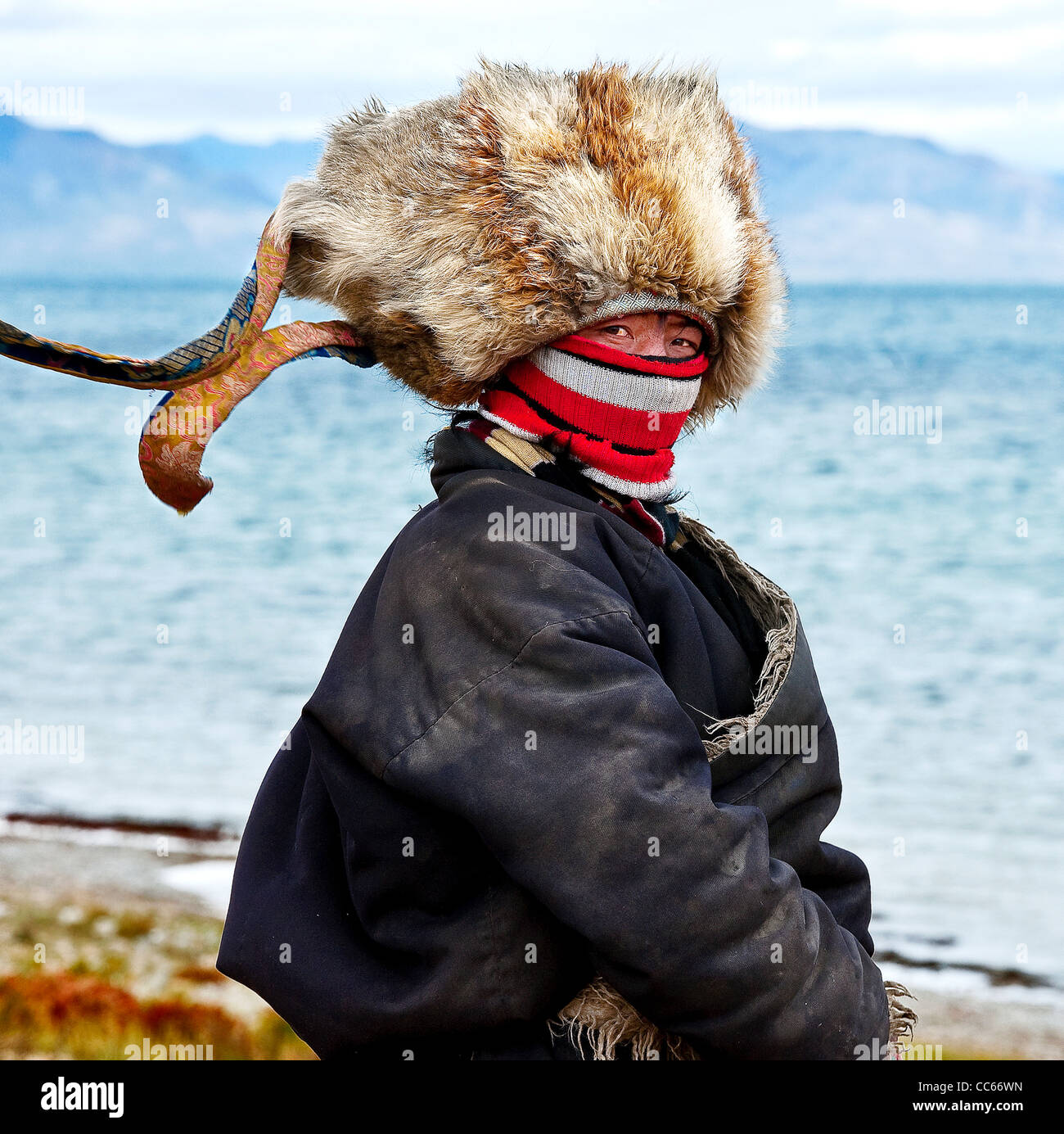 Uomo tibetano in costume tradizionale accanto al lago Yumco Tangra, Ngari, Tibet, Cina Immagini Stock