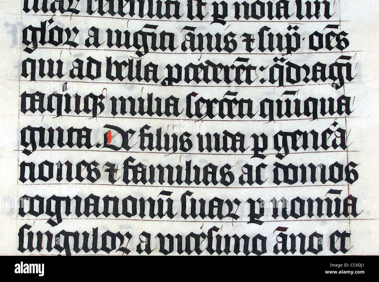 La calligrafia in una Bibbia latina di AD 1407 sul display in Malmesbury Abbey Immagini Stock
