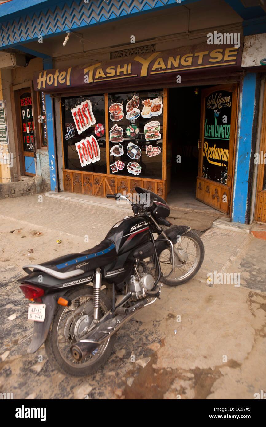 India, Arunachal Pradesh, Bhalukpong, Bazaar, Honda Super Splendor in moto al di fuori del piccolo cafè locale Immagini Stock