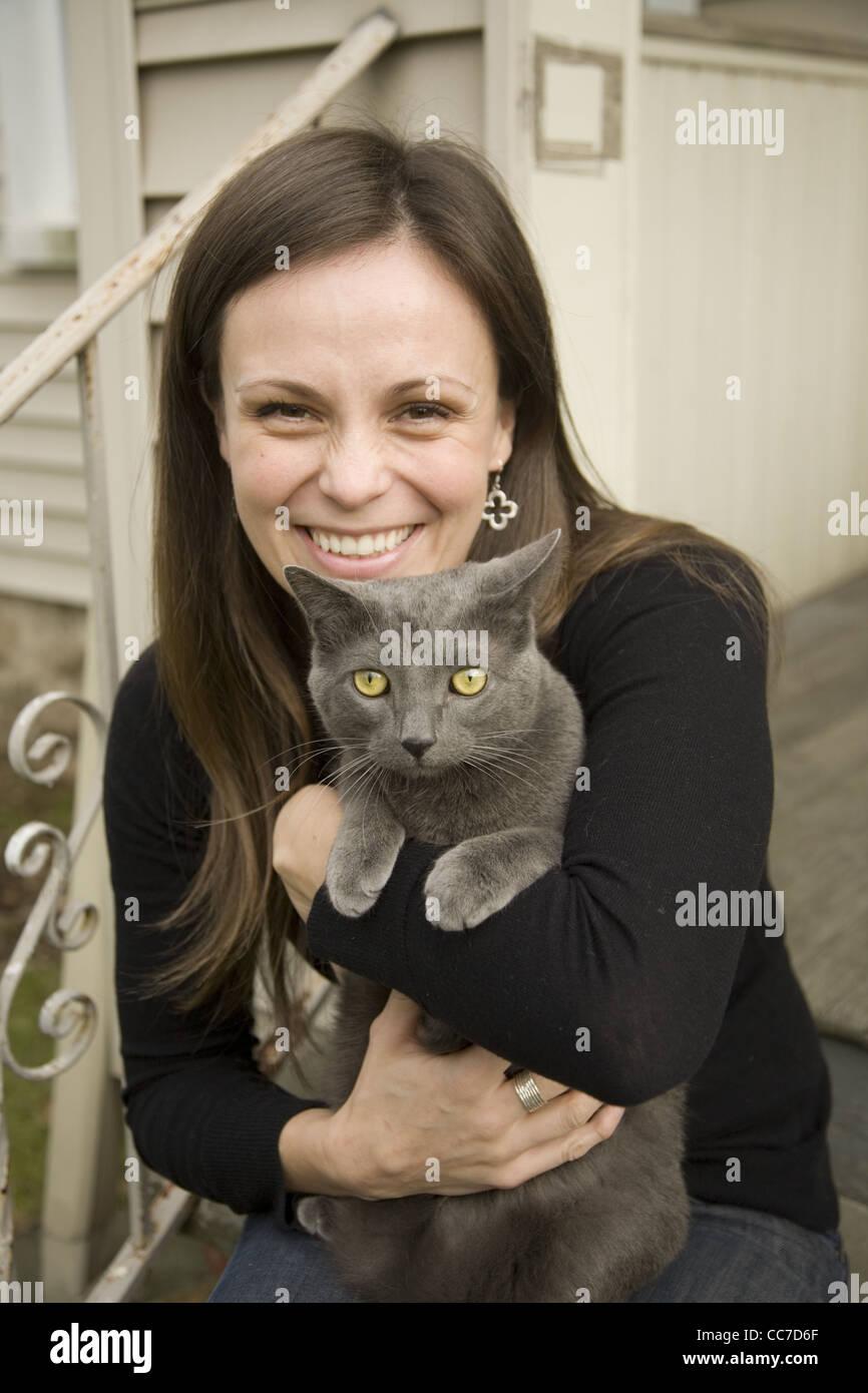 Donna con il suo gatto. Darien, CT. Immagini Stock