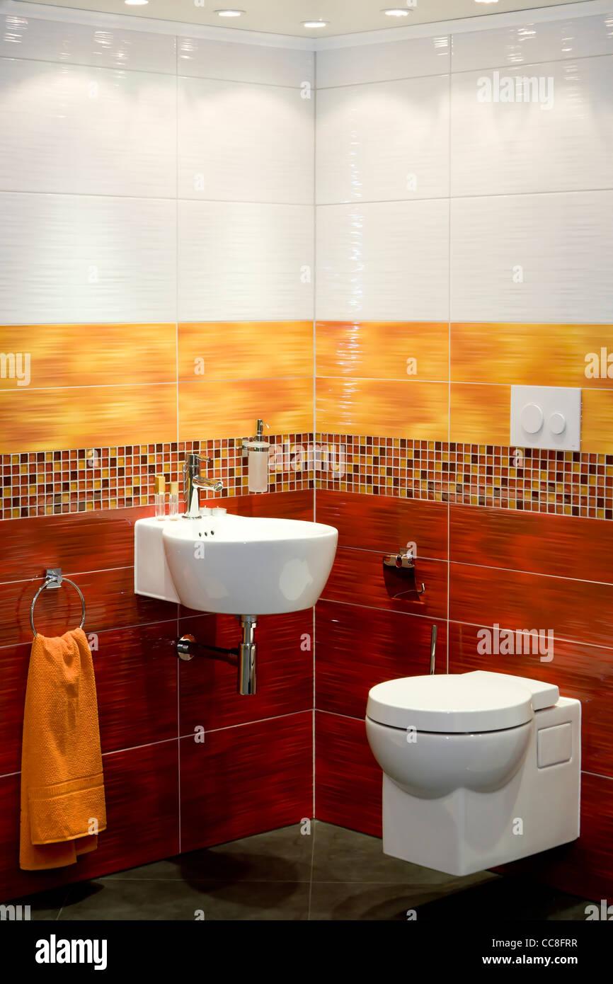 Colorato e moderno bagno interno Foto & Immagine Stock ...