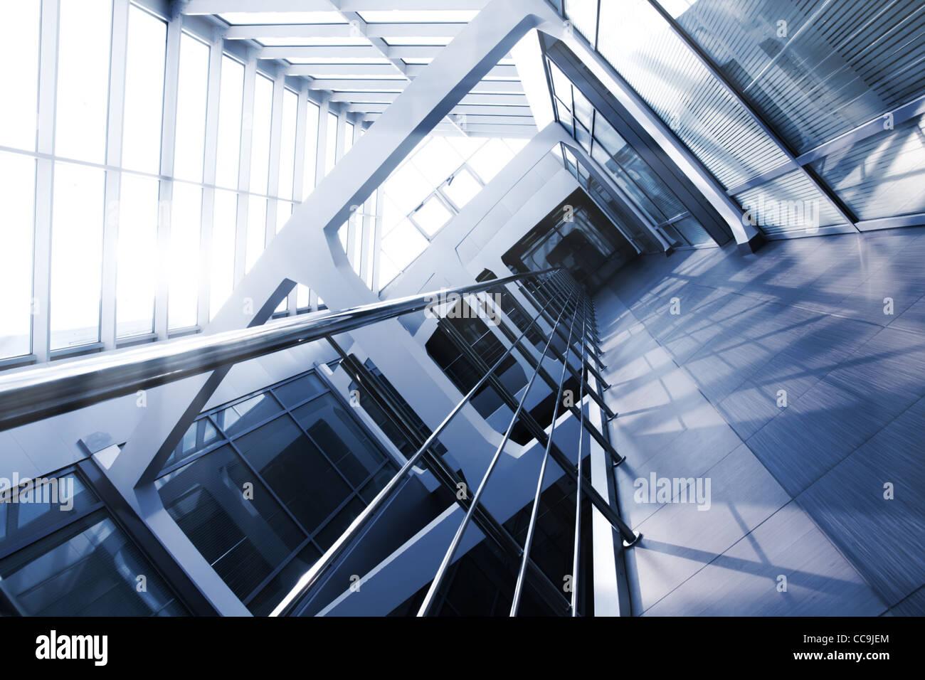 Edificio per uffici interni con un tetto di vetro. Tonalità di blu. Vista di inclinazione. Immagini Stock