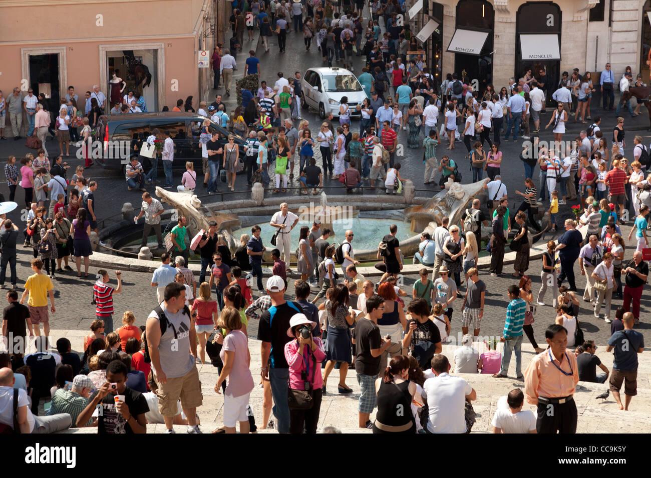 La folla di turisti alla scalinata di piazza di Spagna a Roma Immagini Stock