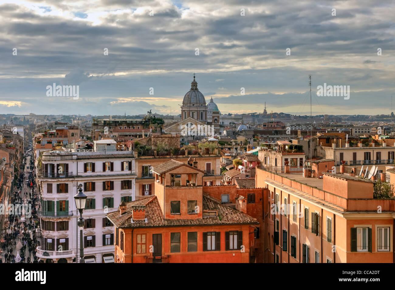 Sopra i tetti di Roma, vista dalla chiesa Trinita dei Monti al centro della vivace metropoli con le sue cupole e Immagini Stock