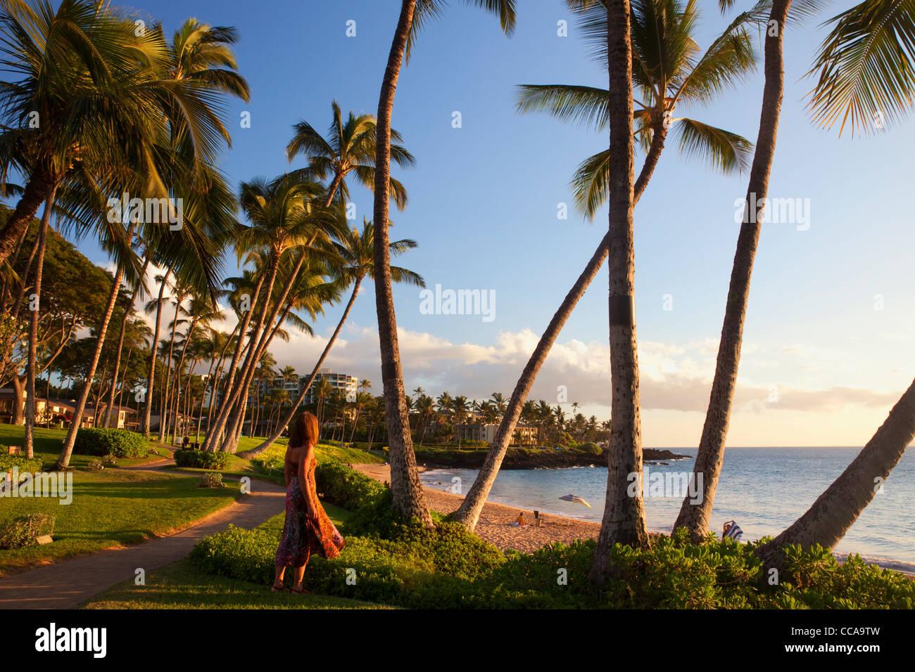 Un visitatore a Ulua Beach, Wailea, Maui, Hawaii. (Modello rilasciato) Immagini Stock