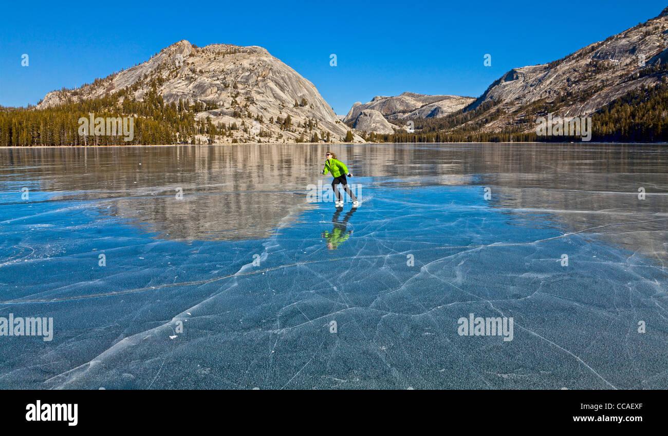 Pattinaggio sul ghiaccio congelato sul Lago Tenaya nel Parco Nazionale di Yosemite. Immagini Stock