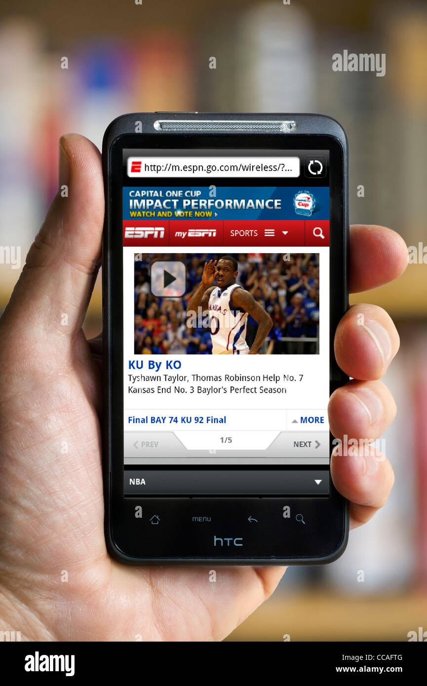 Guardando la ESPN sport sito web su uno smartphone HTC Immagini Stock