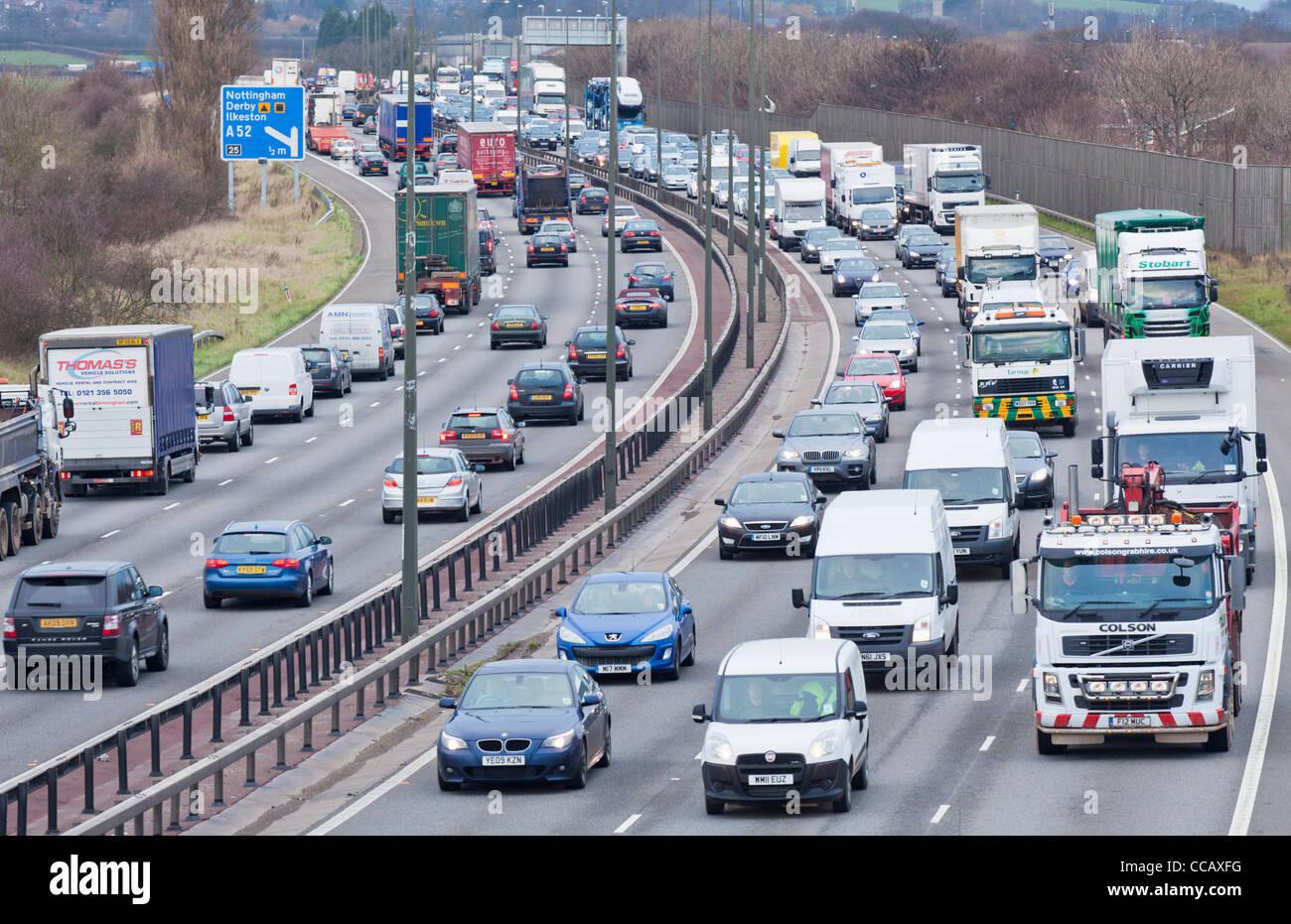 Autostrada ingorgo sull'autostrada M1 nei pressi di svincolo 25 Nottingham Inghilterra gb uk eu europe Immagini Stock