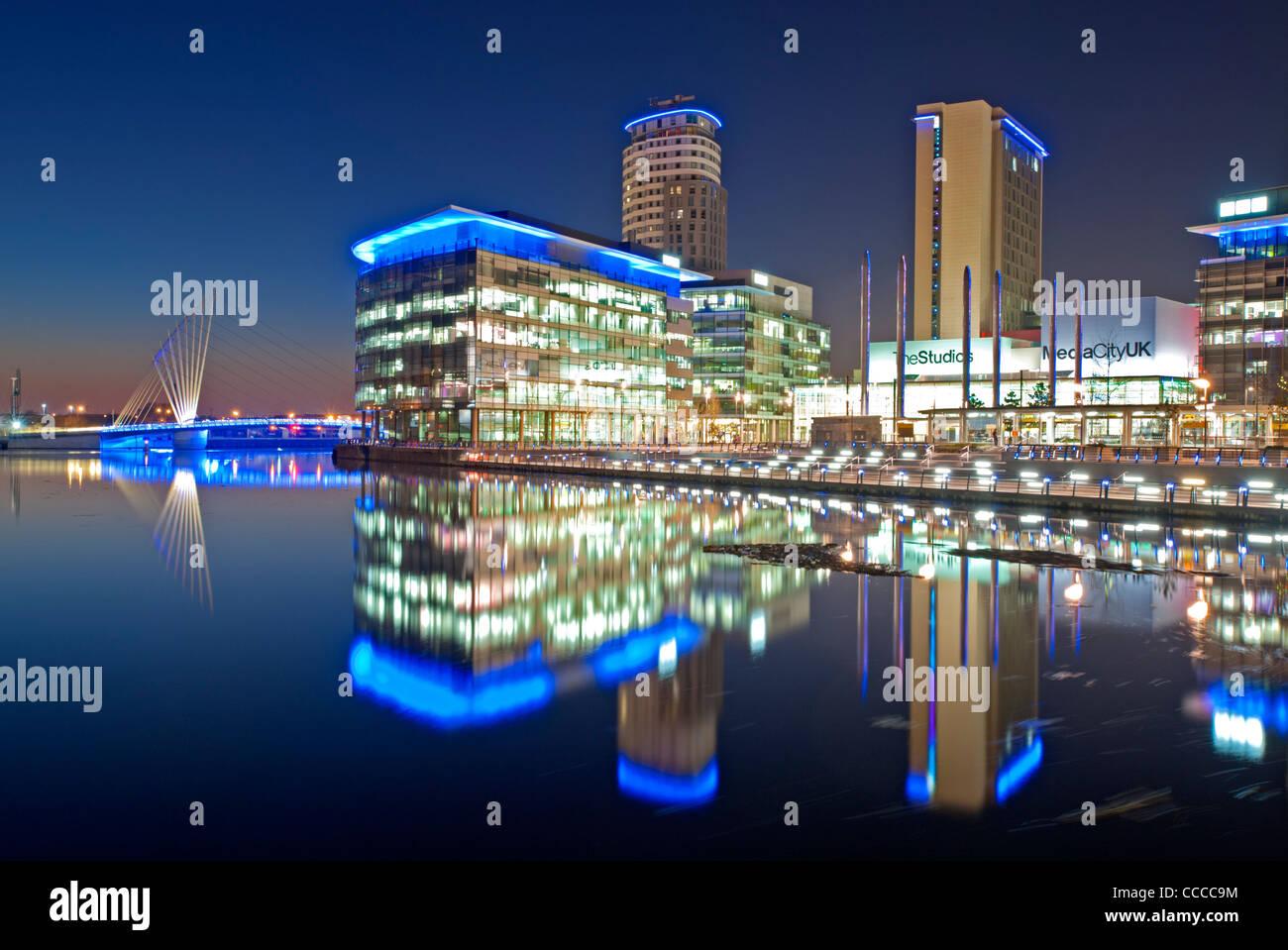 Media City passerella e Studios a MediaCityUK di notte, Salford Quays, Greater Manchester, Inghilterra, Regno Unito Immagini Stock