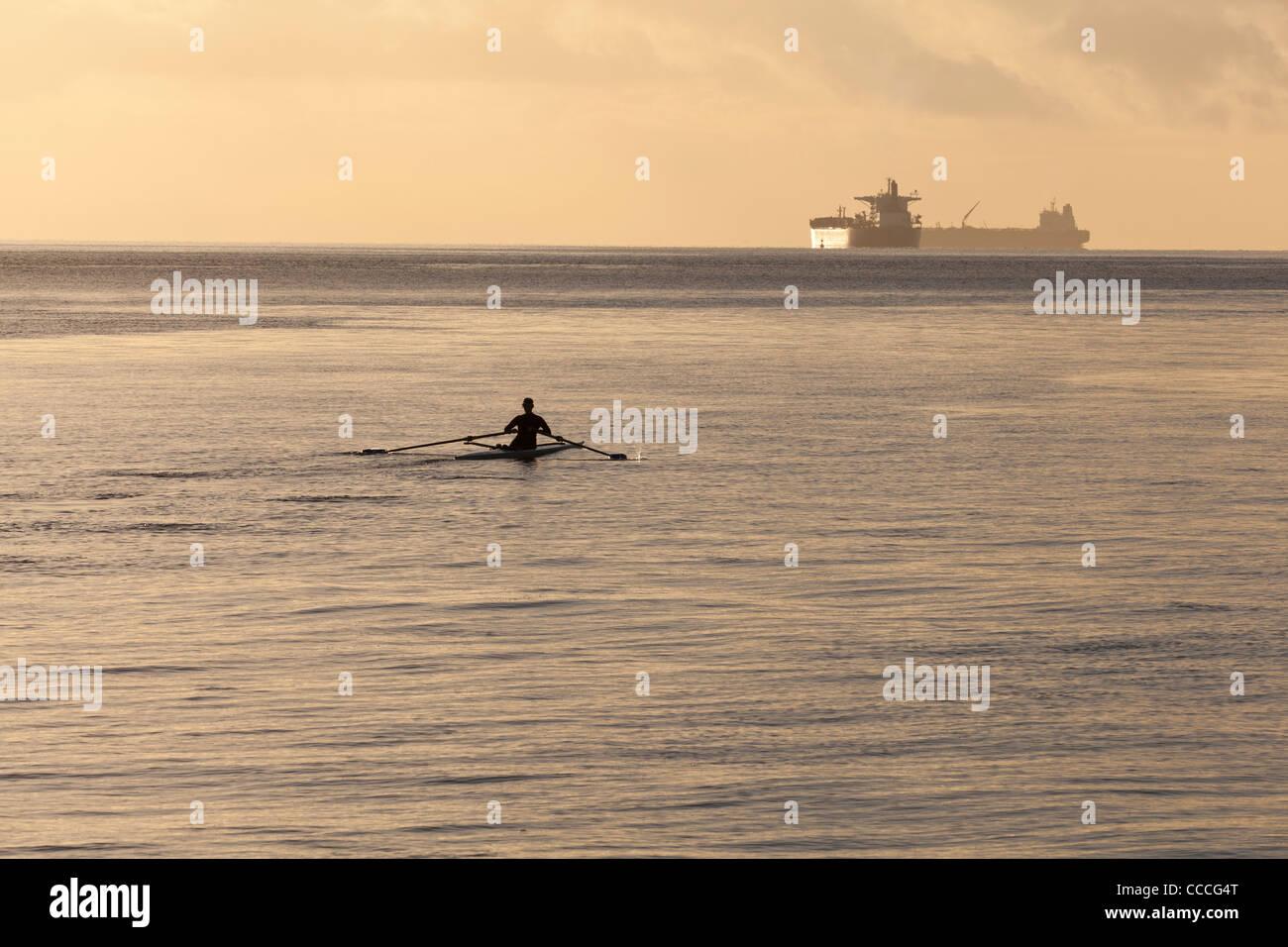 Un vogatore in un unica barca scull Immagini Stock