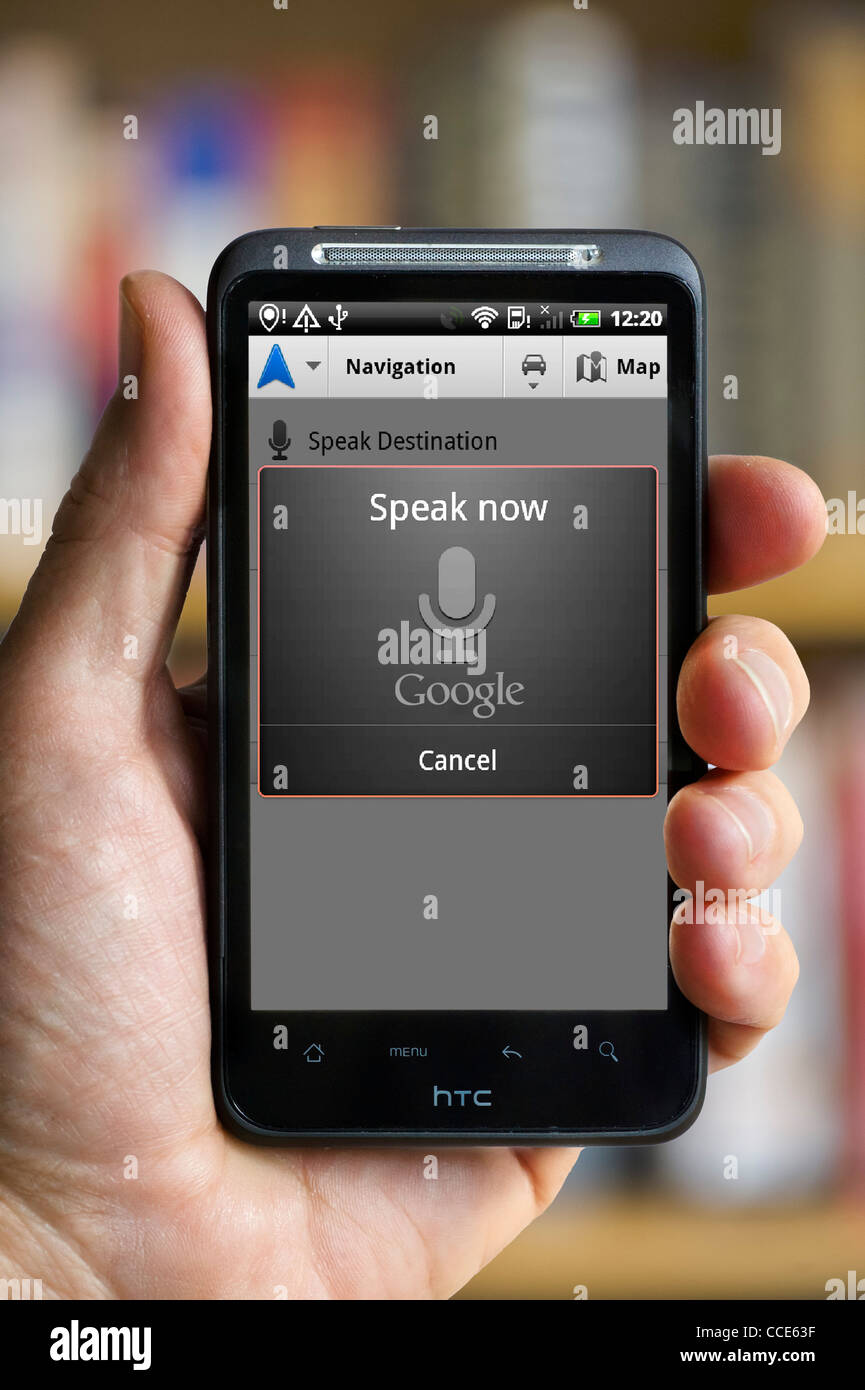 Il riconoscimento vocale su Google Maps Navigation con un smartphone HTC Immagini Stock