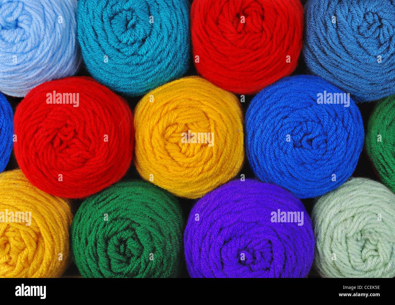 In matasse di filo acrilico in vari colori Immagini Stock