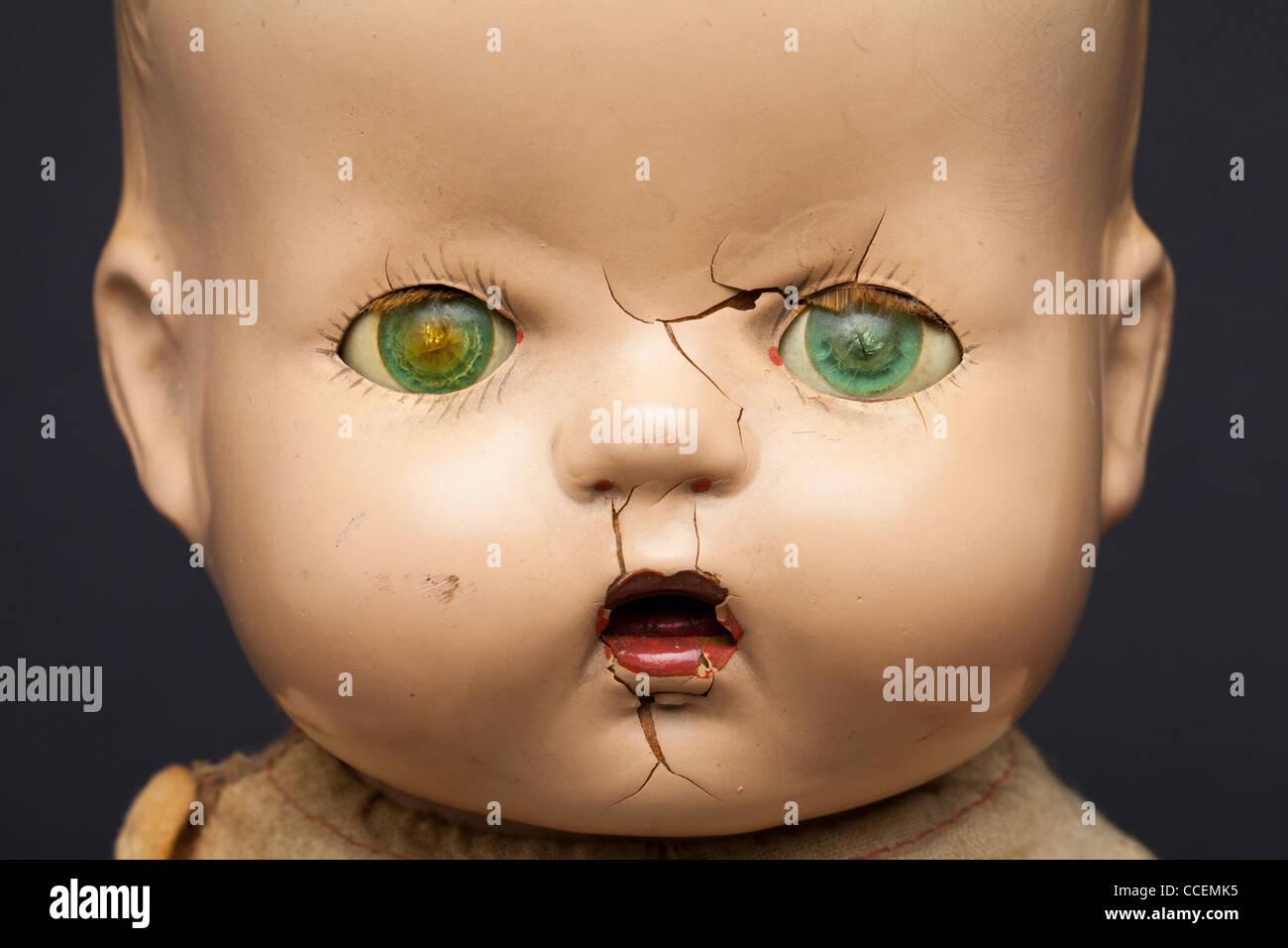 Un pauroso-cercando vintage bambola infantile. Immagini Stock