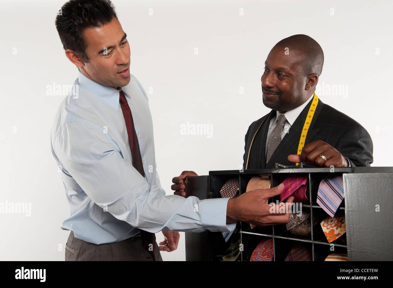 L'uomo selezionando cravatta Immagini Stock