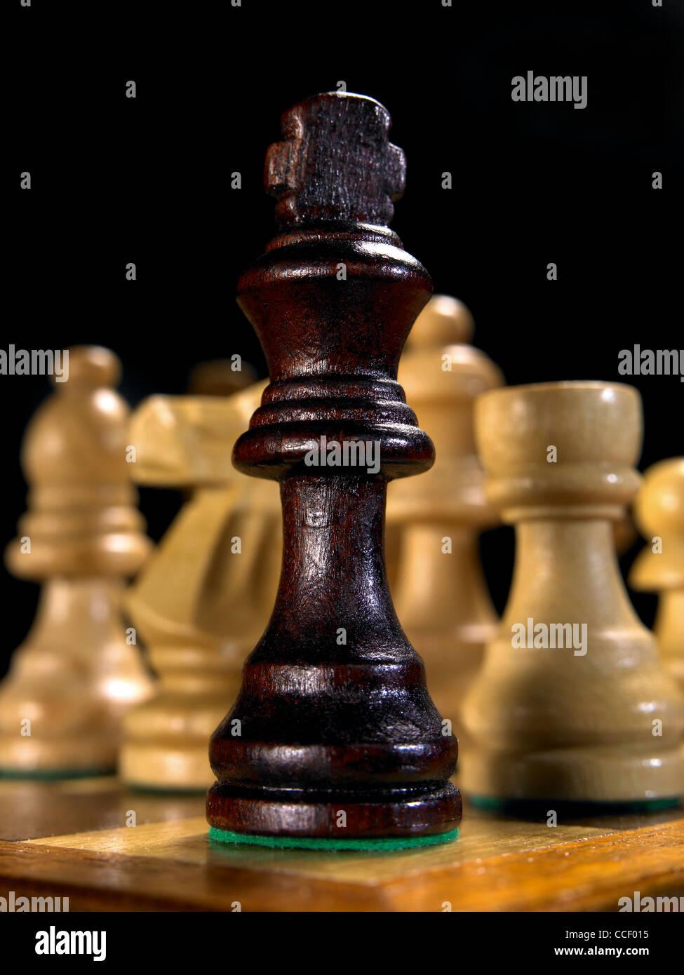 Il re pezzo degli scacchi su una scacchiera Immagini Stock