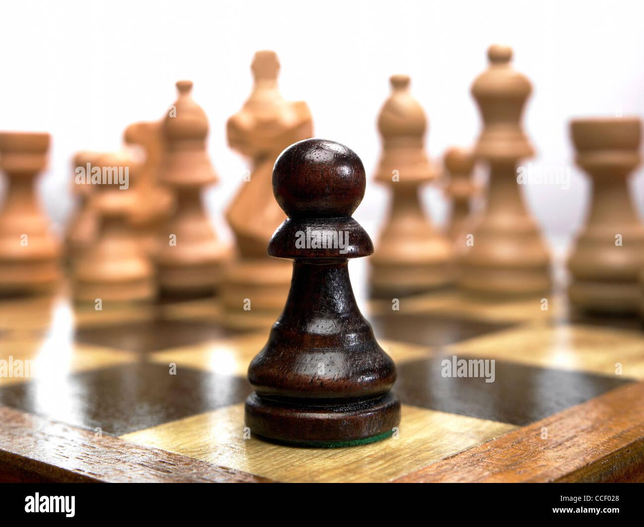 Una pedina pezzo degli scacchi su una scacchiera Immagini Stock