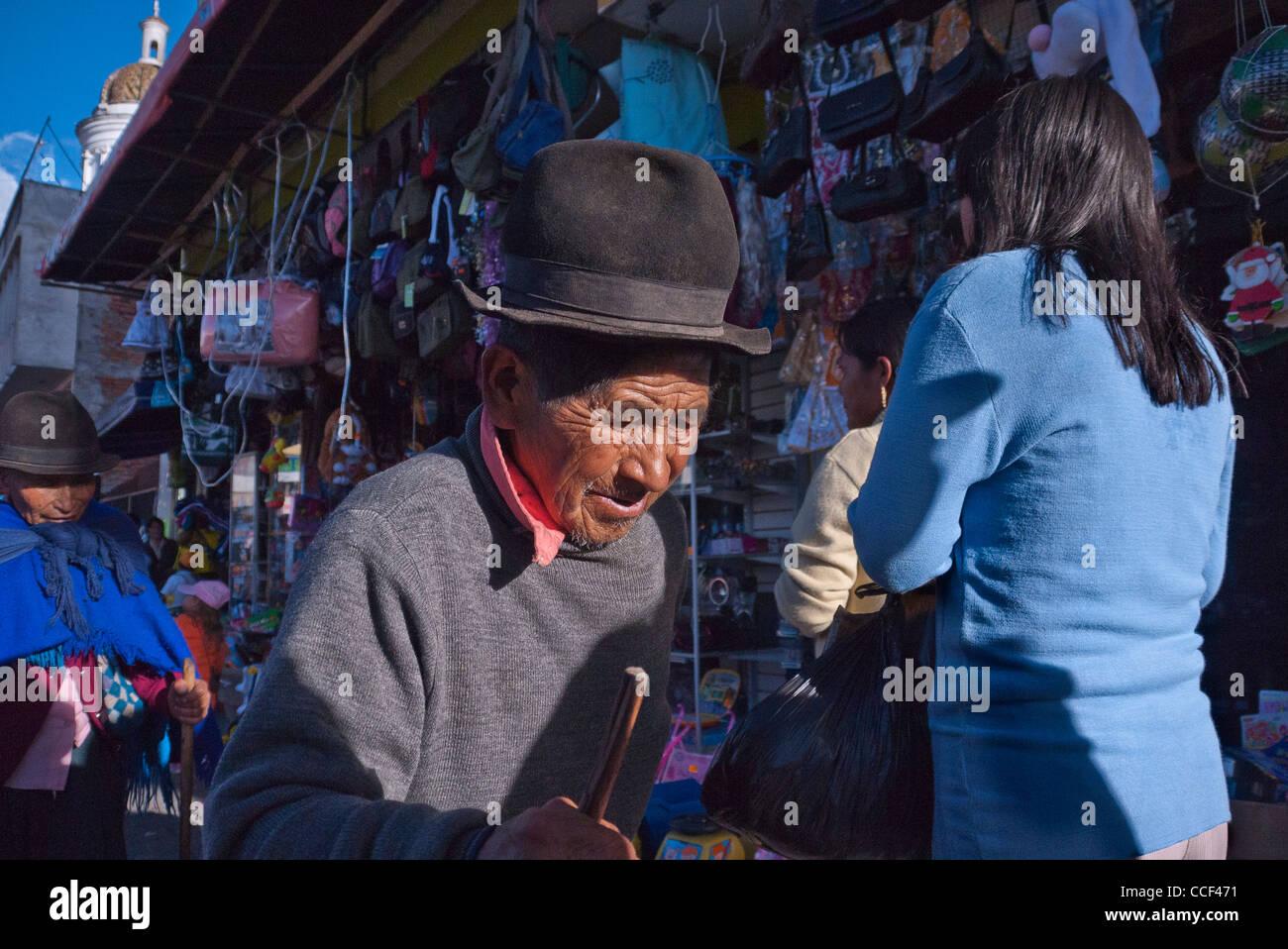 Pagina 1 di 12. Un anziano uomo ecuadoriana con un molto rugoso volto  indossando un cappello Fedora e tenendo un b6fbe90ee6b2