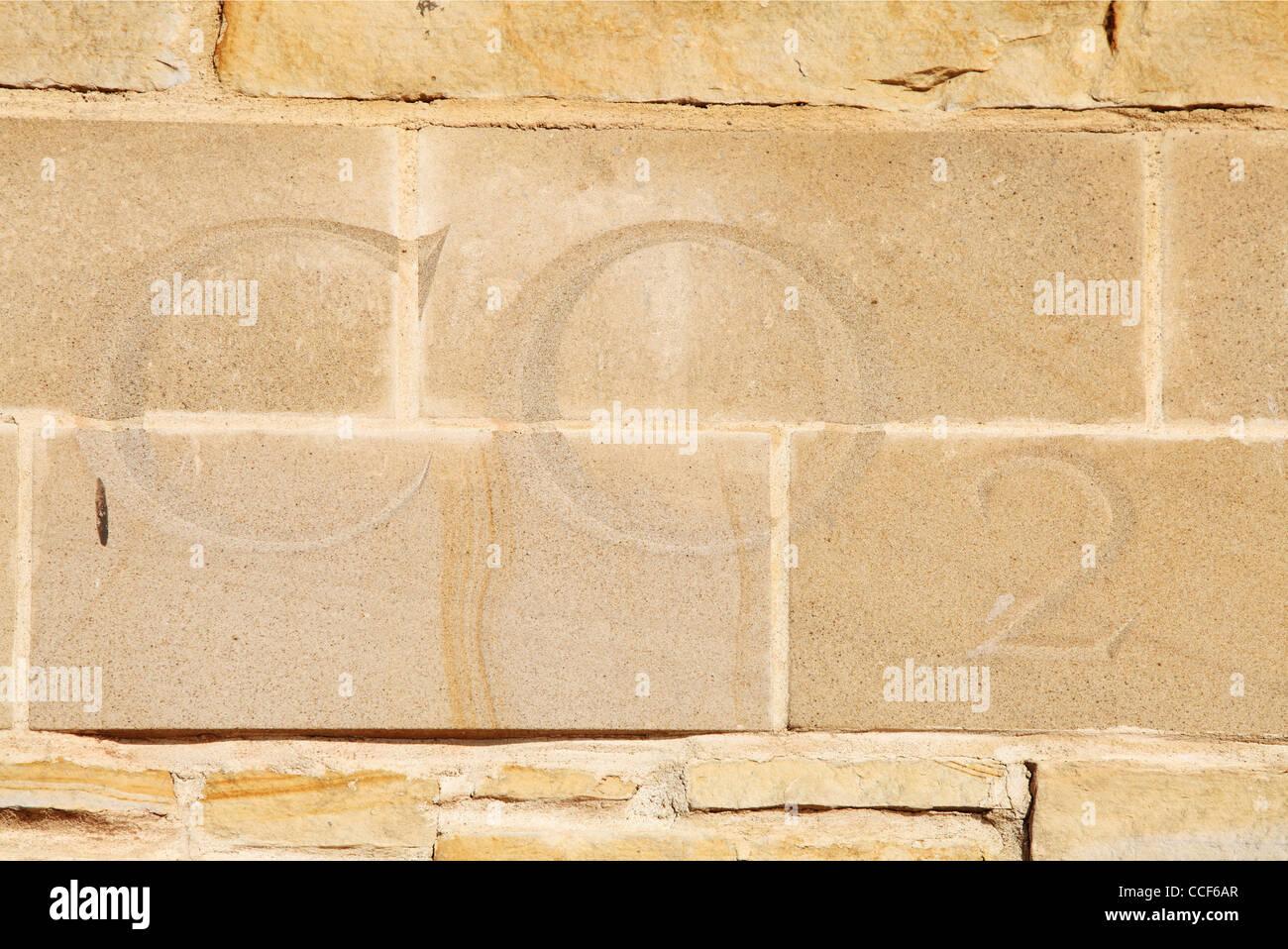 Il biossido di carbonio lettere CO2 scolpiti in pietra antiche fornaci da calce Sunderland North East England Regno Immagini Stock