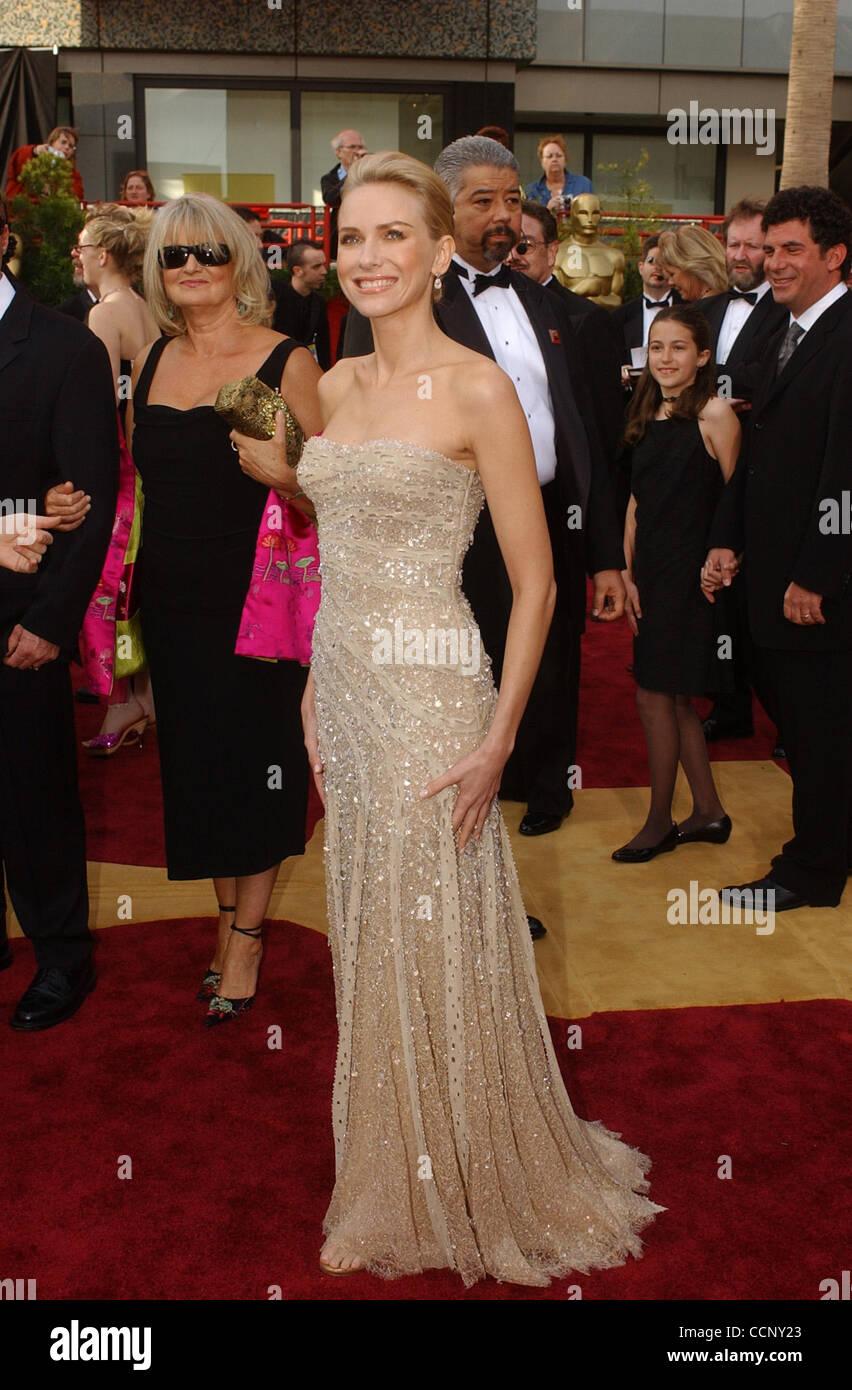 Feb 29, 2004; Hollywood, CA, Stati Uniti d'America; OSCARS 2004: attrice Naomi Watts arrivando al 76th annuale di Academy Awards tenutosi presso il Teatro Kodak. Foto Stock