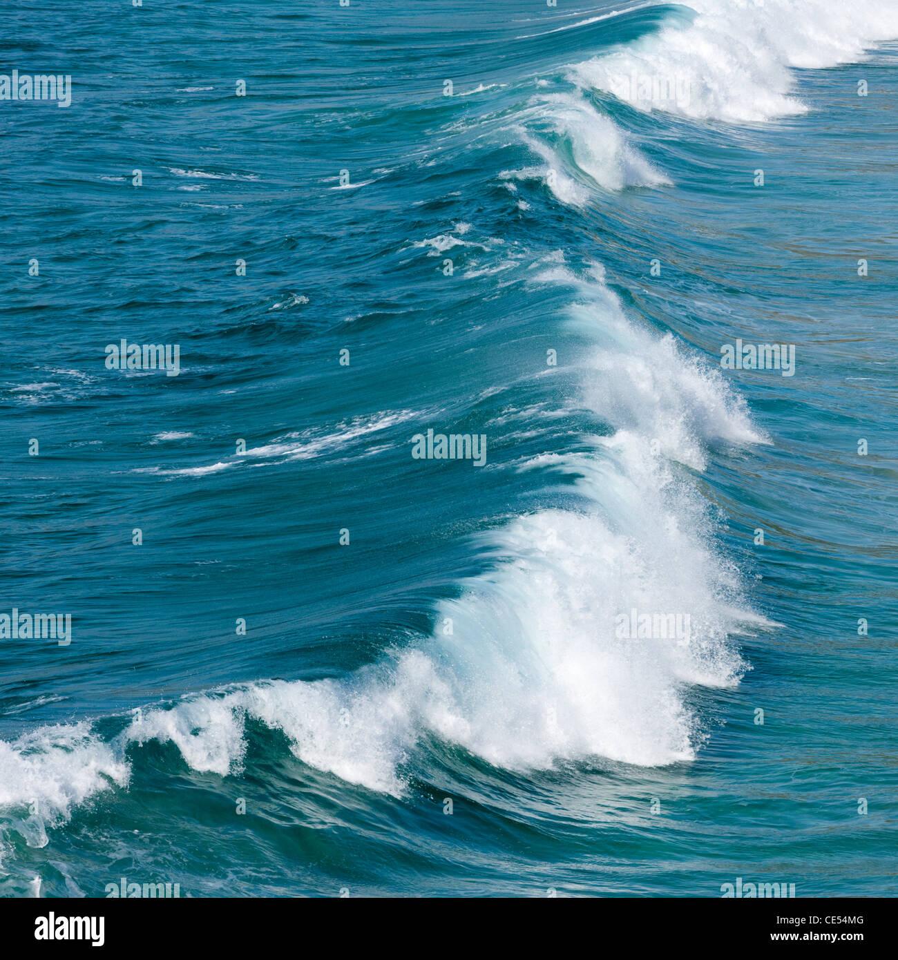 Rottura onda Atlantico al largo della costa della Cornovaglia occidentale Immagini Stock