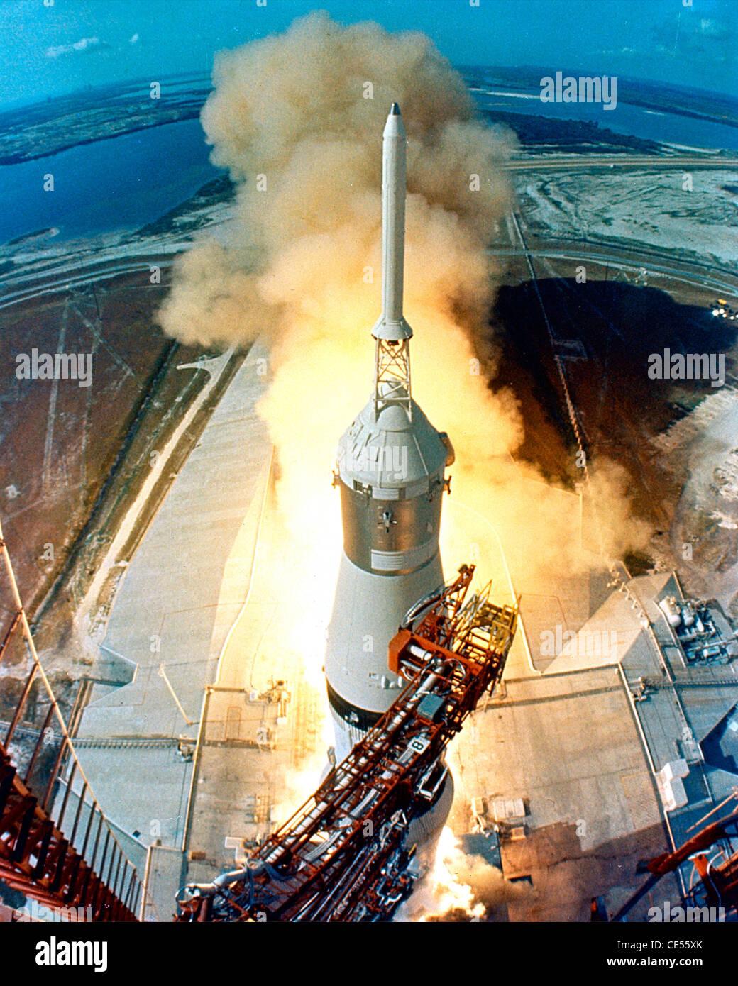 11 Apollo Saturn V veicolo spaziale lancia dal Kennedy Space Center sul suo modo di la luna Foto Stock
