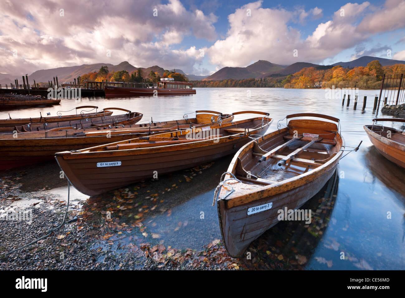 Barche a remi sulla Derwent Water a Keswick, Lake District, Cumbria, Inghilterra. In autunno (novembre 2011). Immagini Stock