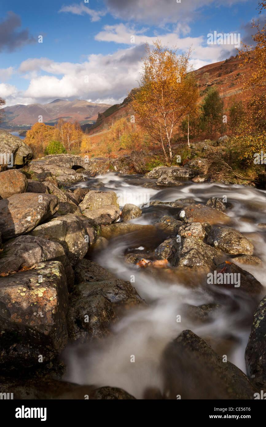 Flusso rocciosi e Ponte Ashness, Lake District, Cumbria, Inghilterra. In autunno (novembre 2011). Immagini Stock