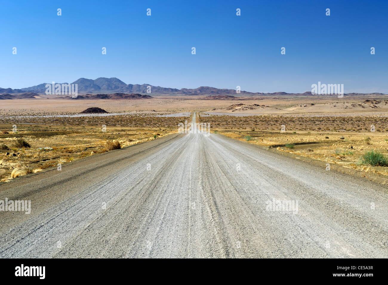 Strada di ghiaia nella regione di Karas del sud della Namibia. Foto Stock