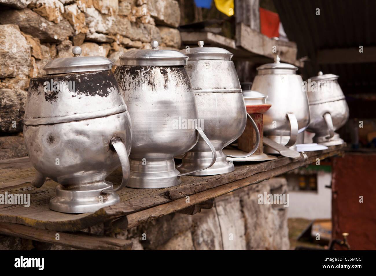 India, Arunachal Pradesh, Tawang, Thongmen Gompa, metallo pentole di cottura al di fuori di essiccazione del fratello Immagini Stock