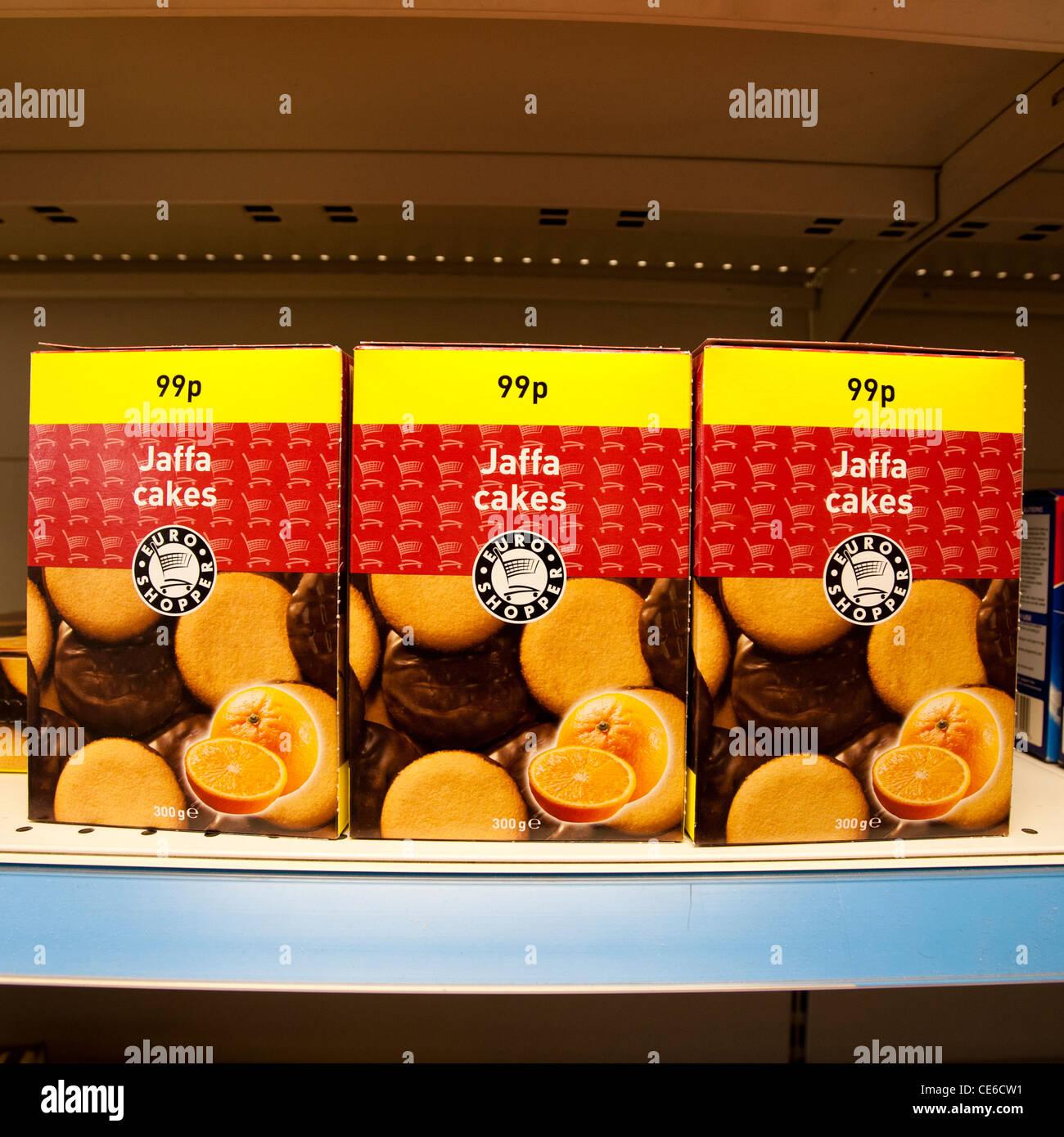 Pacchetti di 99p il nematode del pino brand economici generici Jaffa torte in vendita in un angolo shop UK Immagini Stock