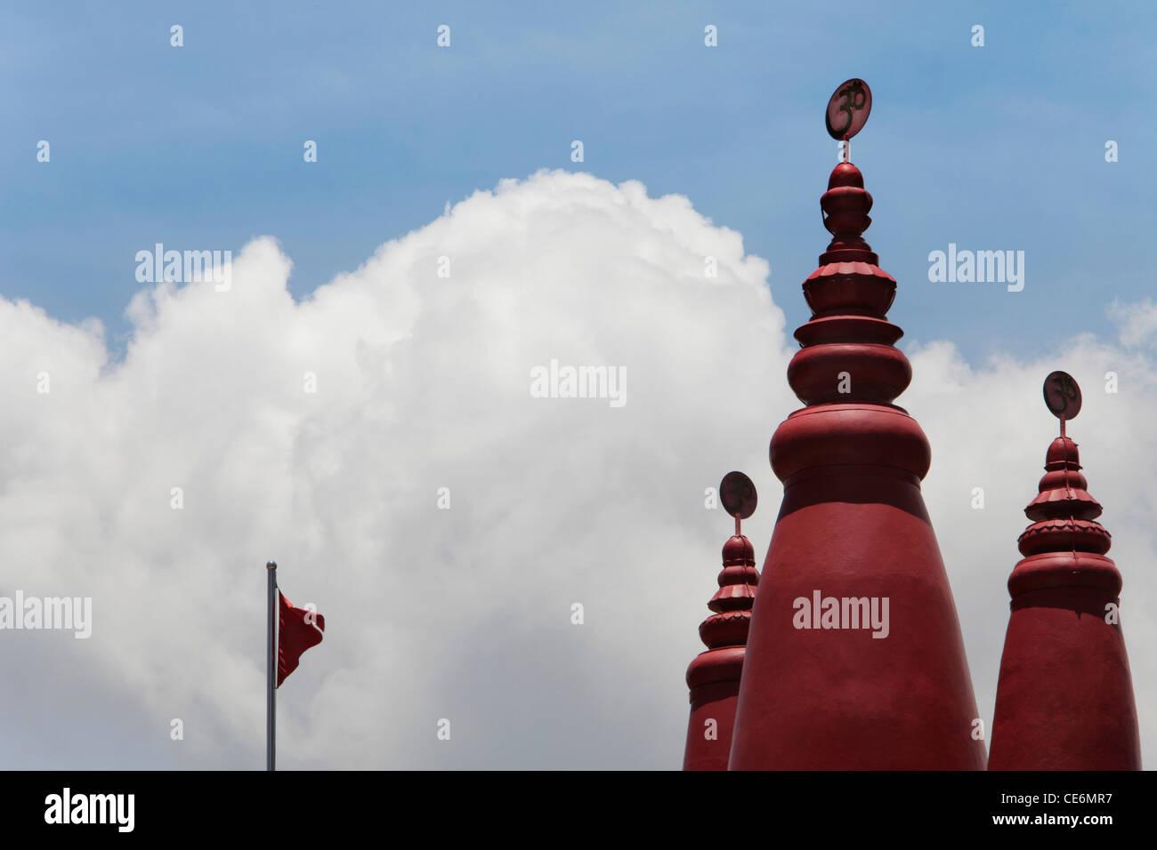 Red le torrette del tempio indù con OM in sanscrito sulla parte superiore Immagini Stock