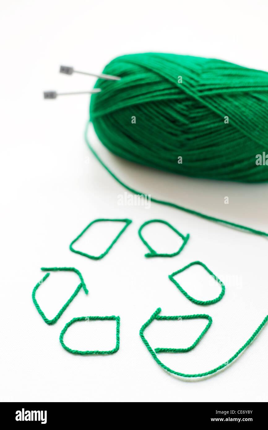 Simbolo di riciclaggio realizzato con lana Immagini Stock