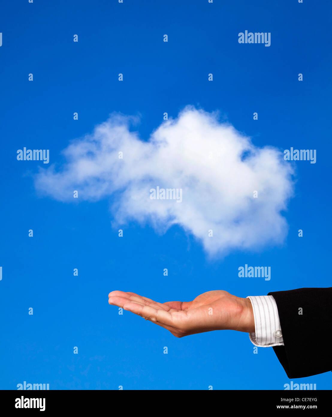 Il cloud computing concetto. Mano dell uomo d affari di tenere un cloud Immagini Stock