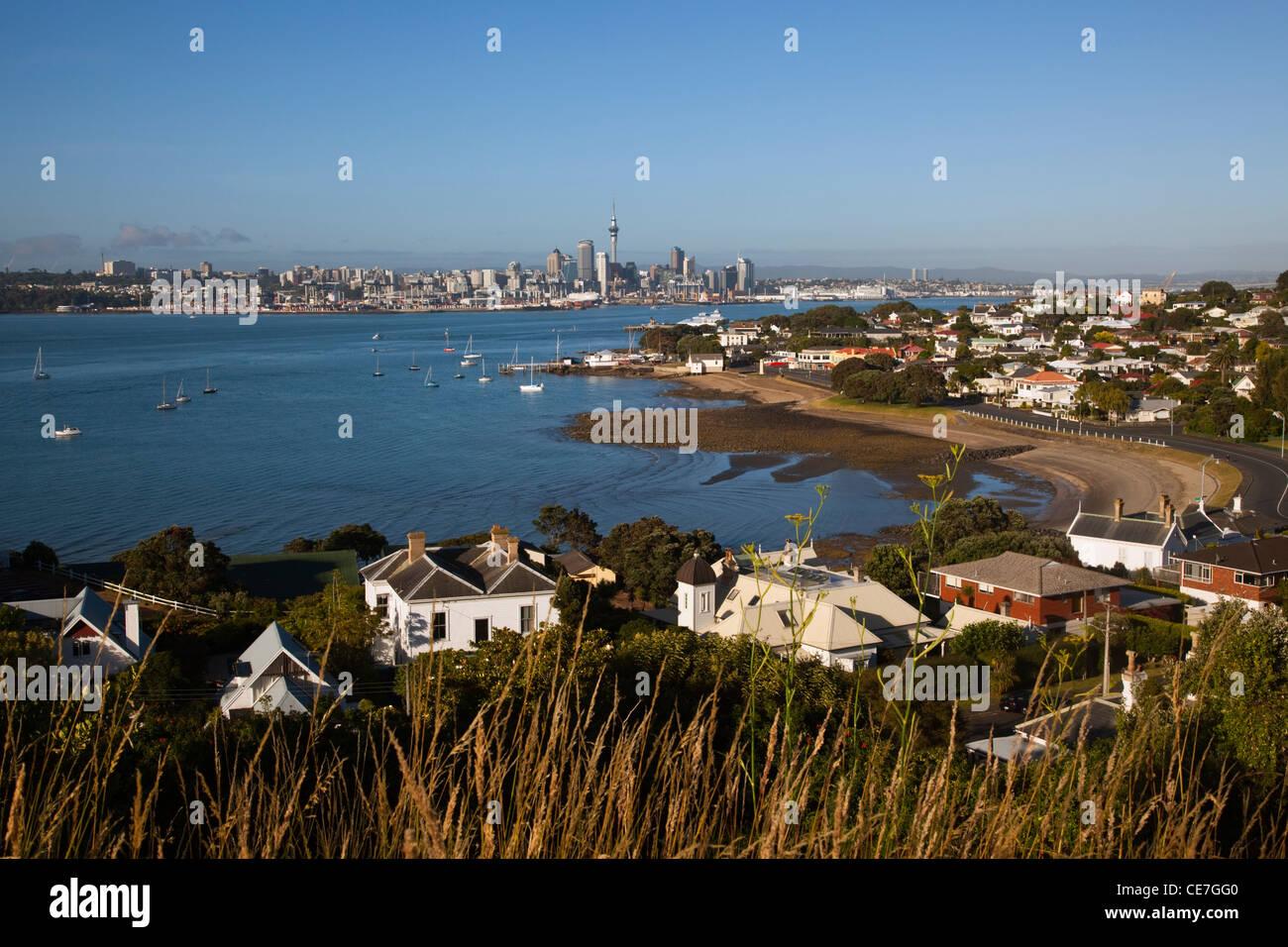 Vista dalla testa del nord del porto e dello skyline della citta'. Devonport, Auckland, Isola del nord, Nuova Immagini Stock