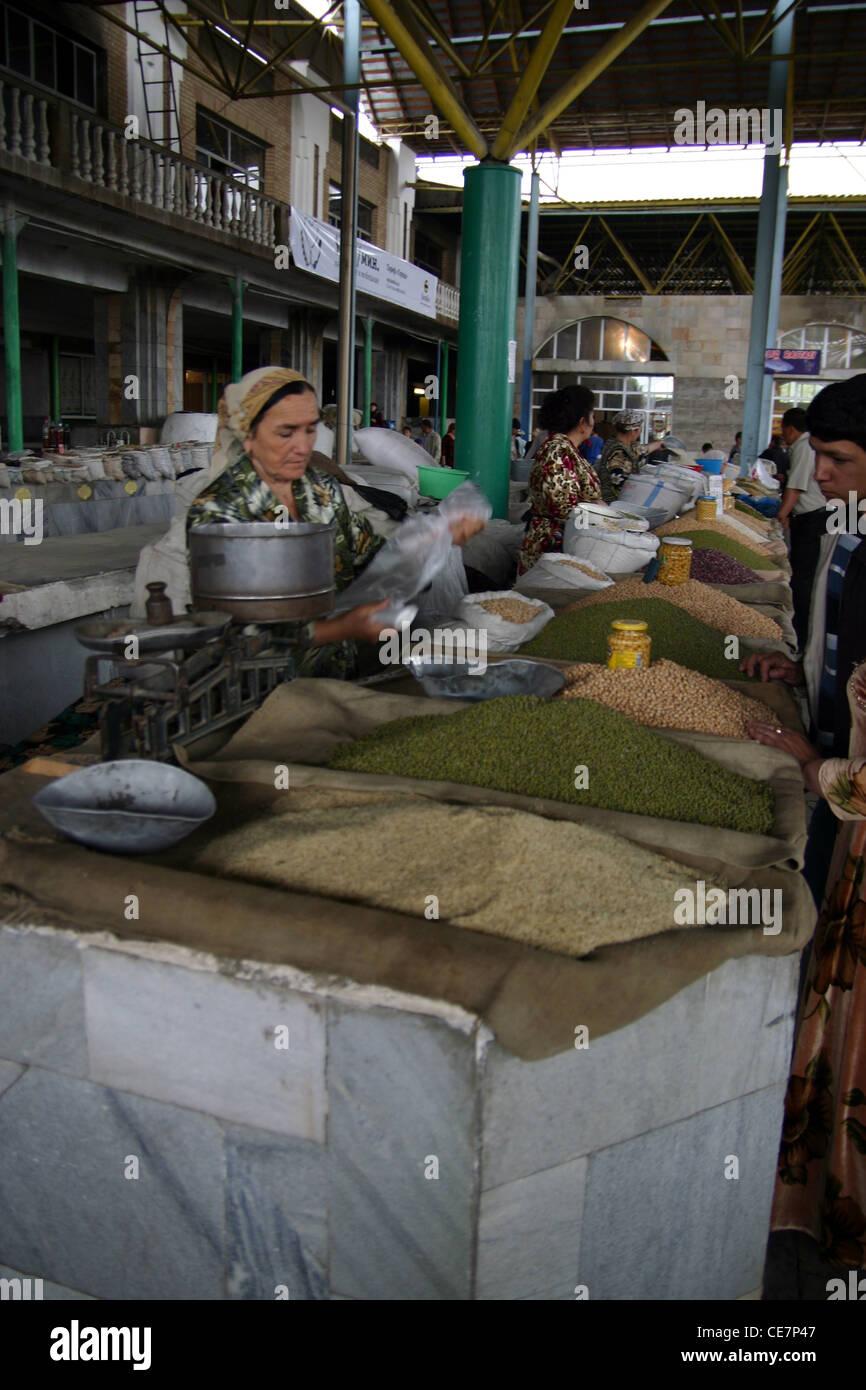 Signora tradizionali spezie di vendita in un mercato di Samarcanda in Uzbekistan Immagini Stock