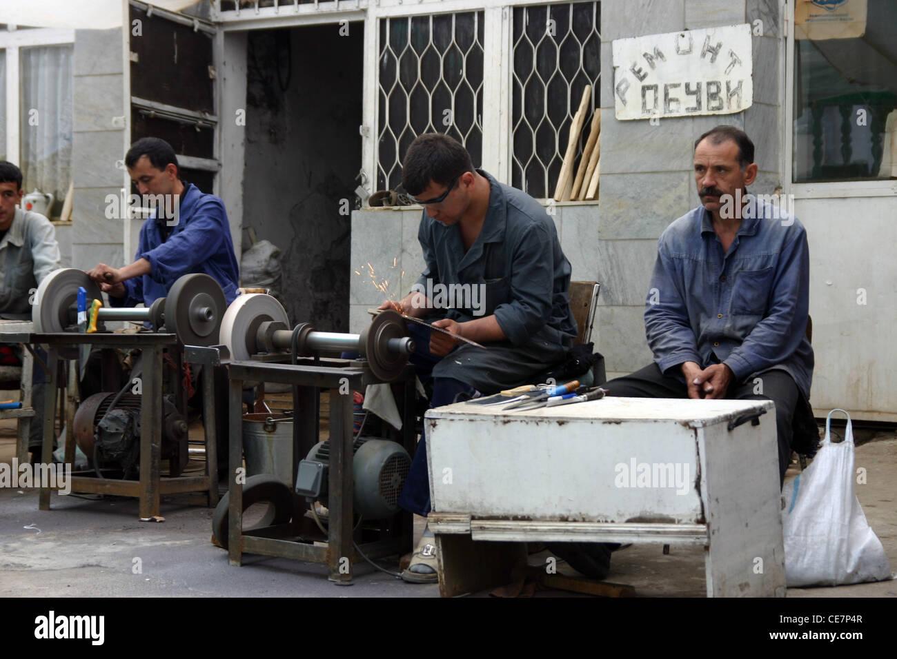 L'uomo affilatura utensili in Samarcanda, Uzbekistan Immagini Stock