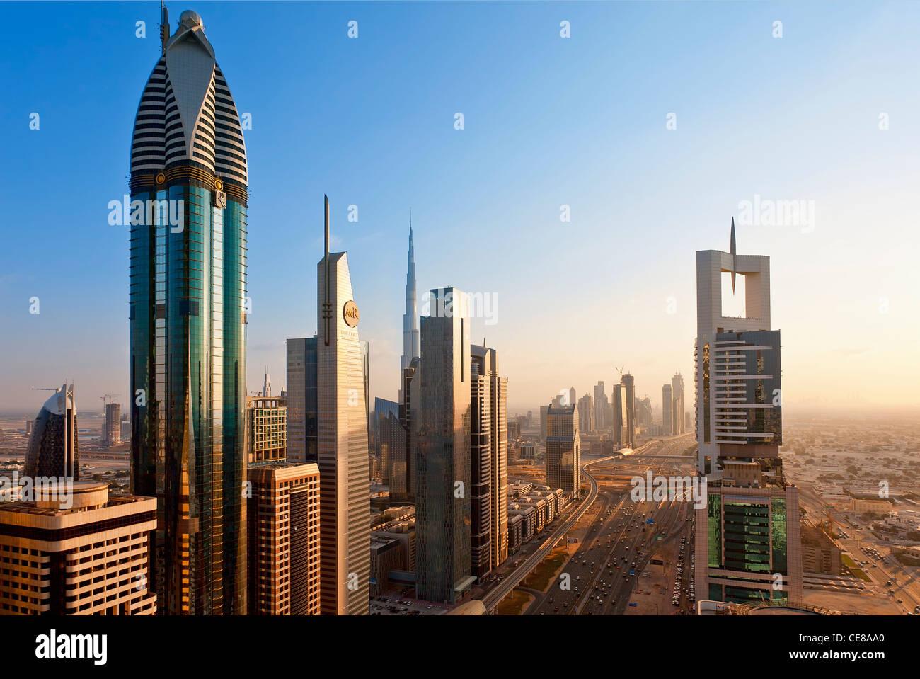 Dubai, ufficio torreggianti e torri appartamento lungo la Sheikh Zayed Road Immagini Stock