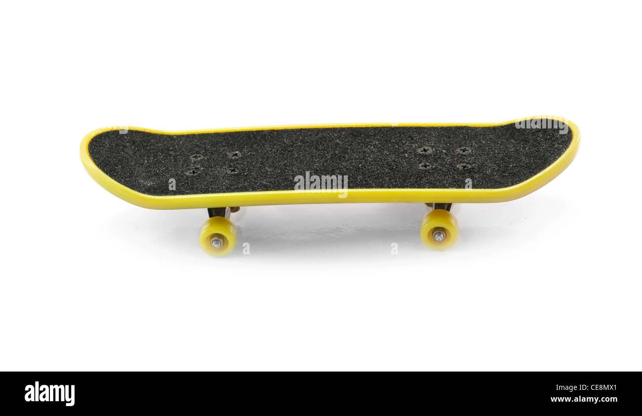 Skateboard giallo isolato su uno sfondo bianco Immagini Stock